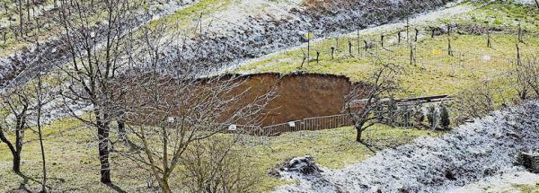 Cratère d'environ 20 m de diamètre et de 25 m de profondeur apparu à la suite de l'effondrement d'un tunnel de l'ancienne mine d'Herbolzheim (Bade-Wurtemberg) en Allemagne.