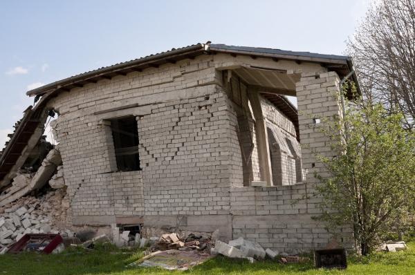 La puissance d'un séisme se mesure par son intensité et son amplitude ou magnitude sur l'échelle de Richter. Au dessus de 8, les constructions les plus fragiles, notamment les maisons s'écroulent.
