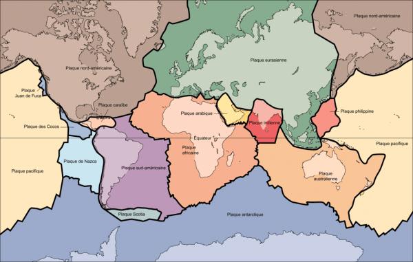 Ces plaques dites tectoniques sont en mouvement régulier