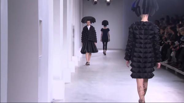 La collection automne/hiver 2015 de Junya Watanabe présentait de nombreuses formes tridimensionnelles. (Image: Screenshot /YouTube)