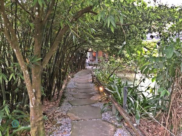 Les visiteurs traversent une étendue verdoyante avant d'arriver à l'entrée du restaurant. (Image : Billy Shyu / Vision Times)