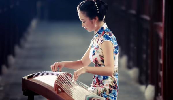 Le guzheng est un instrument de musique traditionnel chinois à cordes pincées appartenant à la famille cithares