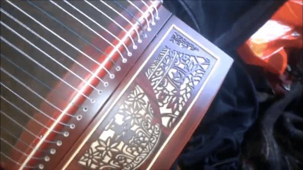 Les artistes ont tendance à personnaliser leur guzheng avec des décorations uniques pouvant inclure sculptures décorativesé, des peintures, de la calligraphie, etc