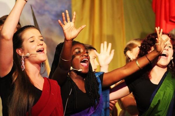 les choristes savourent la joie et l'harmonie de vibrer à l'unisson, cela leur confère un sentiment de liberté, une quasi jubilation. (Image :Monika Robak/Pixabay)