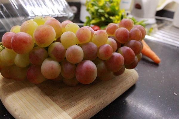 À chaque coup de minuit, les Espagnols mangent un grain de raisin pour leur porter chance. (Image :Vural Yavaş/Pixabay)