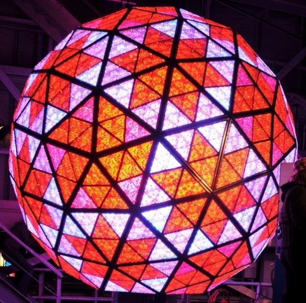 La boule descend lentement à partir de 23 h 59 sur un mât situé sur le toit du One Times Square pour se poser à minuit pile. (wikipédia)