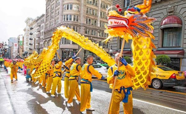 Une danse du dragon exécutée lors d'un défilé du Nouvel An chinois (Image : Shenyunperformingarts.org)