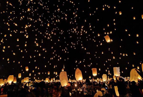 Familles et amis se réunissent pour lancer des lanternes faites à la main dans le ciel nocturne (Image : Shenyunperformingarts.org)