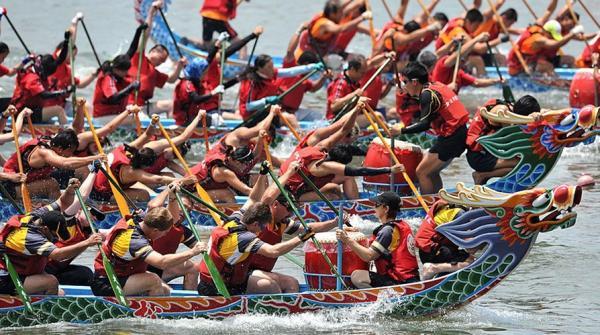 La course de bateaux-dragons, une tradition née de l'histoire tragique d'un fonctionnaire honorable. (Image : Shenyunperformingarts.org)