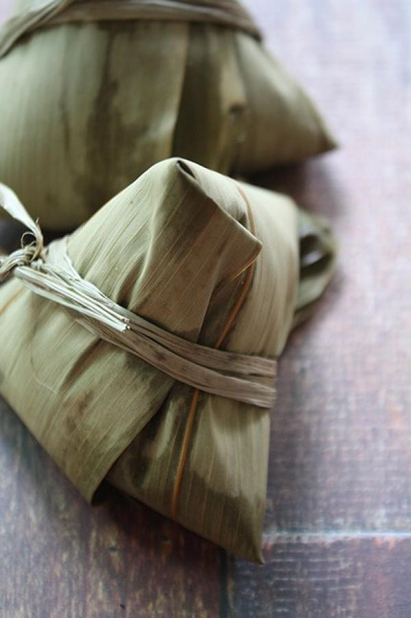 Zongzi, ou boulettes de viande de riz farcies enveloppées de feuilles de bambou (Image : Shenyunperformingarts.org)