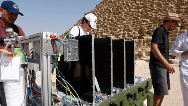 En utilisant les rayons cosmiques, les chercheurs ont pu découvrir une pièce cachée dans la Grande Pyramide de Gizeh. (Image: Capture d'écran /YouTube)