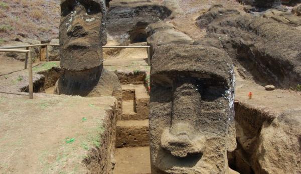 Deux Moai ont été entièrement excavés lors des fouilles par Jo Anne Van Tilburg et de son équipe dans la carrière de Rano Raraku à Rapa Nui, plus connue sous le nom d'île de Pâques. (Image: Easter Island Statue Project)