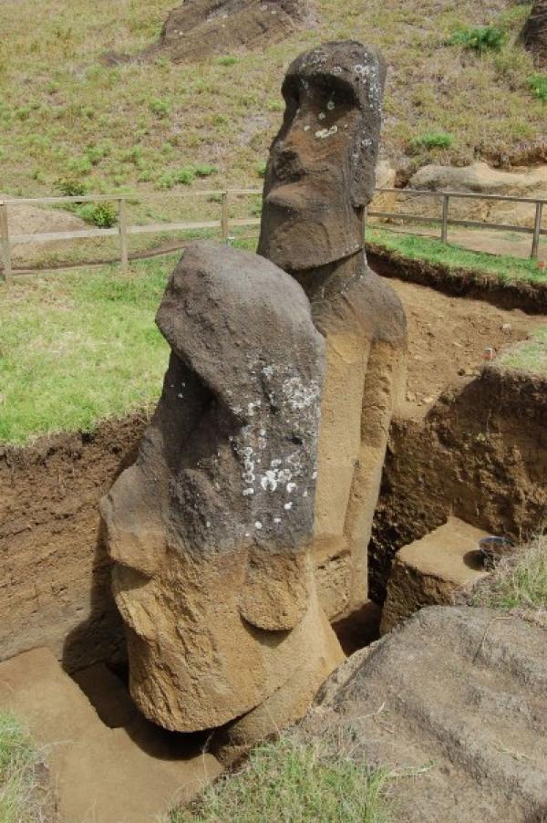 Premières étapes de l'excavation de deux Moai par Jo Anne Van Tilburg et son équipe à la carrière de Rano Raraku, Rapa Nui. (Image: Projet de statue de l'île de Pâques)