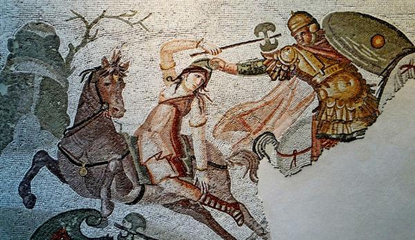 Mosaïque romaine antique représentant une amazone armée d'un labrys, engagée dans un combat avec un cavalier, 4e siècle après J.-C. (Image: wikimedia / CC0 1.0)
