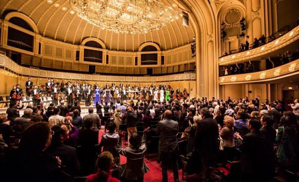Ovation debout à la fin du concert donné le 21 octobre par le Shen Yun Symphony Orchestra au Symphony center orchestra hall de Chicago (Edward Dai) (Image: Shenyunperformingarts.org)