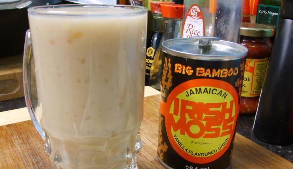 Une boisson jamaïcaine à base de mousse d'Irlande peut être préparée assez rapidement. (Image : YouTube / Capture d'écran)