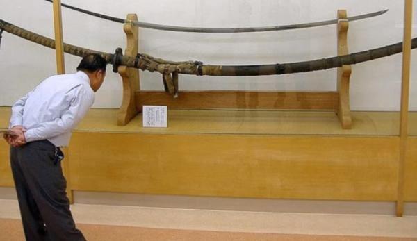 Le Norimitsu Odachi est une épée japonaise massive. (Image : Capture d'écran / YouTube)