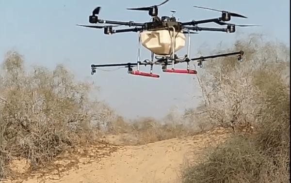 L'ONU prévoit d'utiliser des drones équipés de capteurs cartographiques et d'atomiseurs  qui permettront de suivre les criquets et de pulvériser sur eux des pesticides. (Image : Capture d'écran /YouTube)