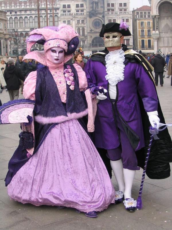 Couple au Carnaval de Venise - L'habit traditionnel masculin: longue cape noire («tabarro»), masque blanc («bauta») et tricorne. (Image : Wikipédia / CC BY-SA)