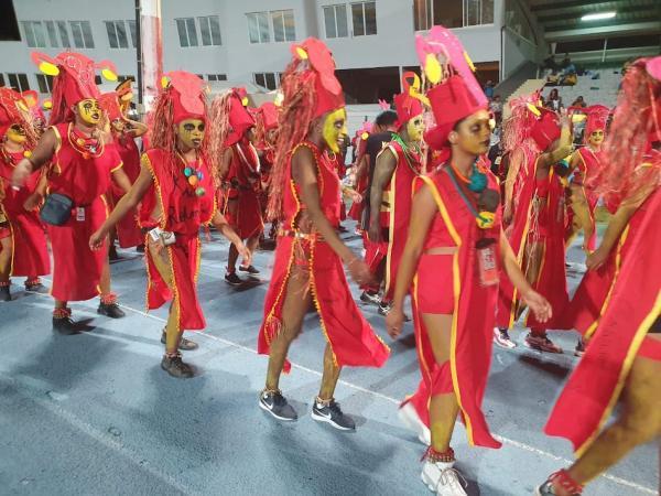 Le groupe «à Po» K'mawon, très engagé, défile sur un thème sensiblequi touche malheureusement nombre d'hommes et de femmes : le VIH et l'endométriose.