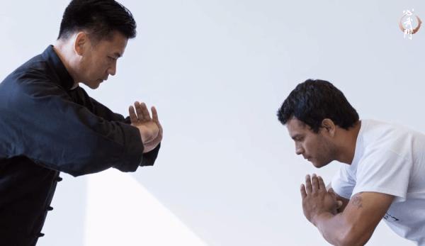 Pour dire merci, serrez votre poing droit et placez le dans la paume ouverte de l'autre main, comme le geste utilisé en Kung Fu. (Image : Capture d'écran / YouTube)