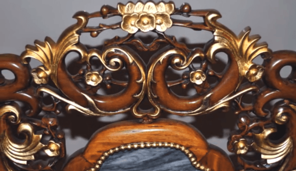 Le mobilier de la dynastie Qing s'est détourné du style simple de la dynastie Ming, en intégrant de minutieuses décorations. (Image : Capture d'écran / YouTube)