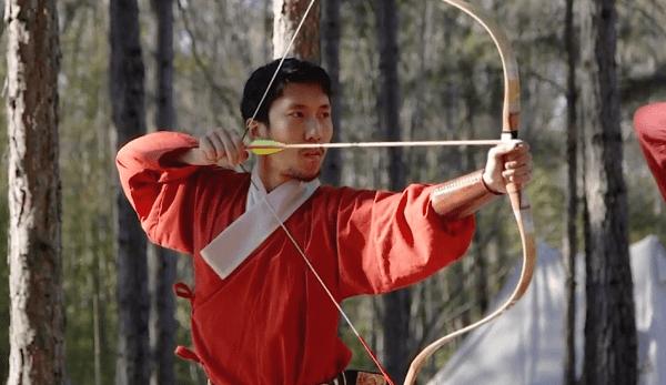 Le tir à l'arc traditionnel chinois utilise un tirage au pouce et nécessite un anneau de pouce pour protéger le doigt contre les tensions répétées. (Image : Capture d'écran / YouTube)