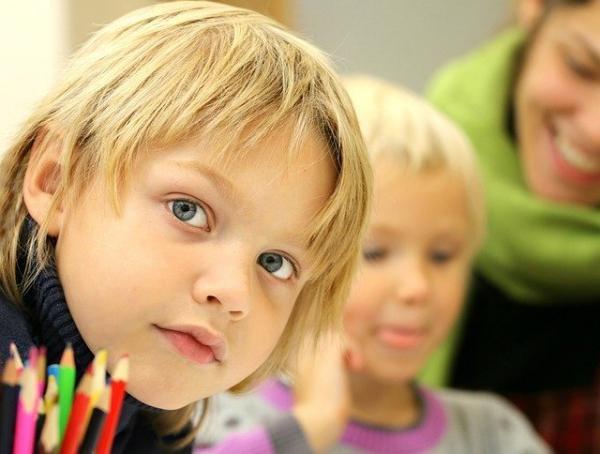 Si le foyer familial constitue le siège de l'éducation par la communication entre enfants et parents, depuis une quinzaine de jours, il se substitue désormais à l'école. (Image :klimkin/Pixabay)