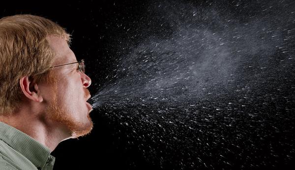 La grippe et le coronavirus peuvent se propager d'un individu à un autre par le biais de gouttelettes aéroportées provenant des éternuements, de la toux ou de la parole venant d'une personne infectée. (Image : wikimedia / CC0 1.0)