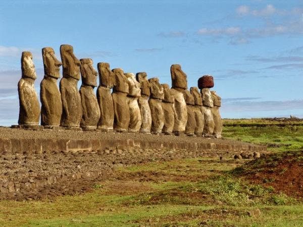 L'île de Pâques est célèbre dans le monde entier pour ses mystérieuses statues en pierre de basalte, appelées Moai. Son nom vient du fait qu'elle a été découverte le jour de Pâques. (Image : wikimedia /Leon petrosyan / CC BY-SA)