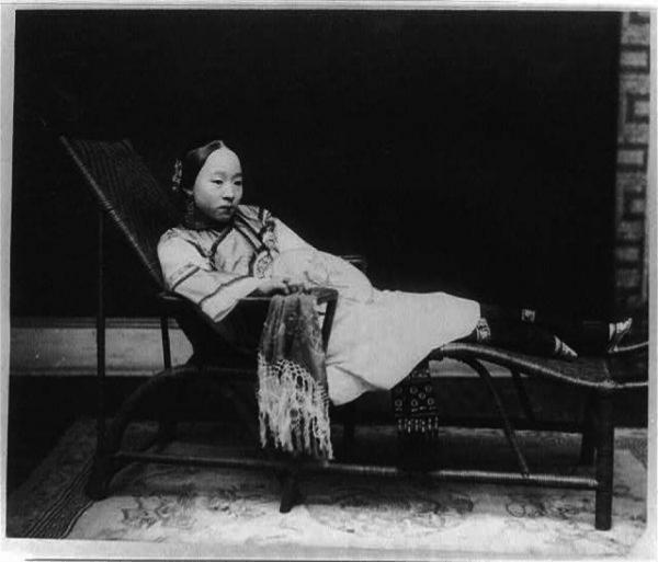 Jeune femme chinoise, vers 1800, probablement de noble naissance, allongée sur un canapé, puisqu'à l'époque se tenir debout avec les pieds bandés restait très douloureux. (Image : Library of Congress)