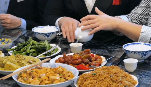 Lorsque vous dînez avec vos amis chinois, vous devez respecter l'étiquette. (Image : Capture d'écran /YouTube)