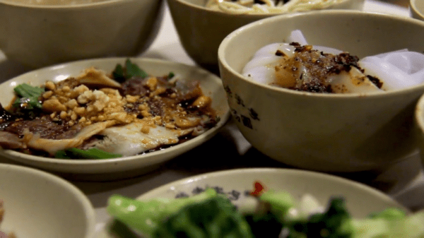 Ne prenez pas de nourriture hors de portée car c'est considéré comme une impolitesse. (Image : Capture d'écran /YouTube)