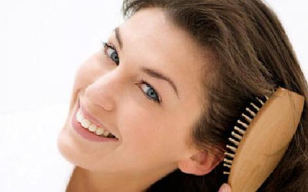 Se brosser les cheveux fréquemment stimulera la pousse. (Image : Secret China)