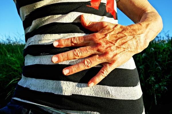 Le massage du nombril et de l'abdomen peut améliorer la motilité gastro-intestinale et la stagnation des purges. (Image :Mabel Amber/Pixabay)