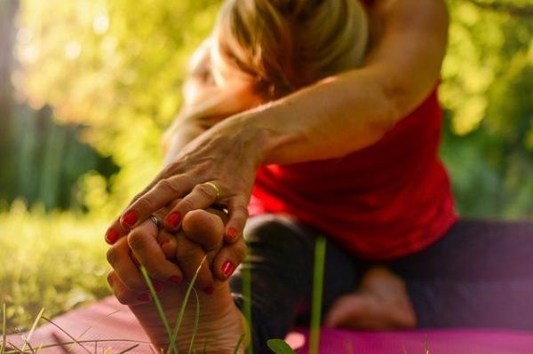 Étirer les jambes et se masser les genoux sont de bons moyens pour lutter contre le vieillissement du corps. (Image :Sofie Zbořilová/Pixabay)