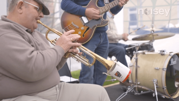 La publicité a été un succès et a amené un total de 80 musiciens à la maison de retraite. (Image : Capture d'écran /YouTube)