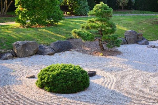 La particularité du Jardin Japonais est de façonner un paysage miniature, de le styliser en utilisant des pierres et du sable. (Image :jggrz/Pixabay)