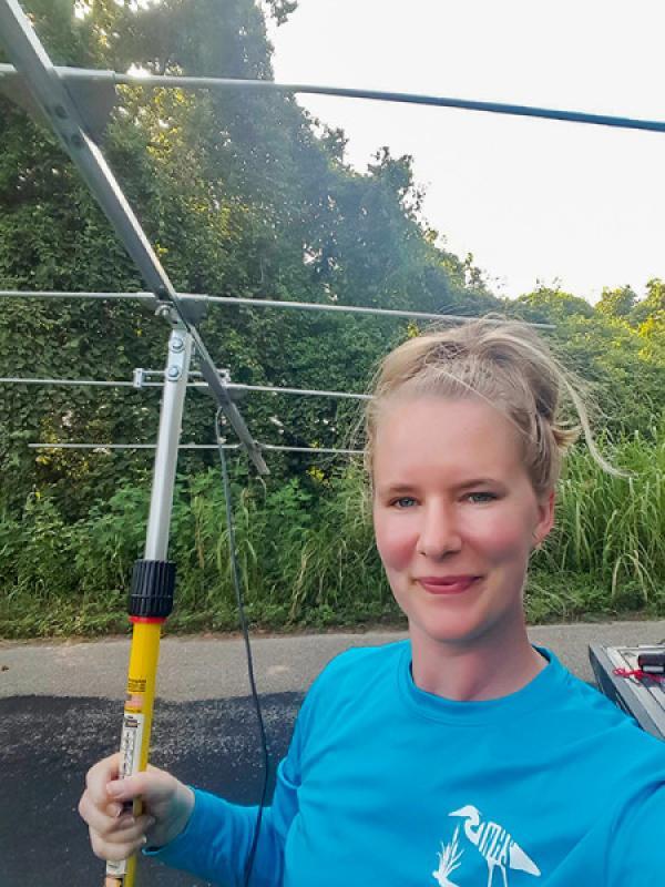Tara Hohoff suit à la radio une chauve-souris pour localiser les perchoirs essentiels à la conservation. (Image : Tara Hohoff)
