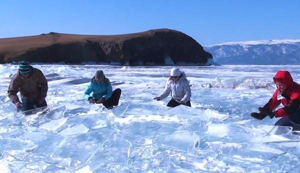 Un groupe de Sibériens a découvert par hasard que la glace du lac Baïkal pouvait produire un son harmonieux si on la tapait au bon endroit. (Image : Capture d'écran /YouTube)
