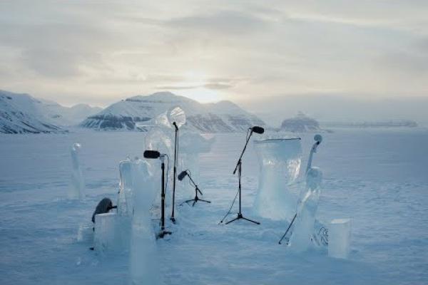 Le musicien norvégien Terje Isungset fabrique ses propres instruments à partir de la glace. (Image : Capture d'écran /YouTube)