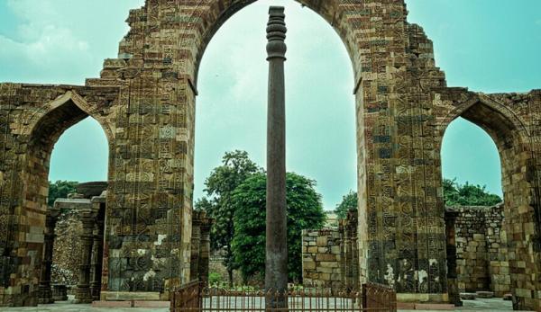 Le pilier de fer est traversé par une inscription. (Image :pawan.kamrani/CC BY-SA 4.0)