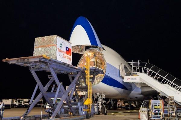 Une partie des fournitures médicales données par Taïwan est chargée dans un avion-cargo d'une compagnie aérienne taïwanaise. (Image : Ministère des affaires étrangères, Taïwan)