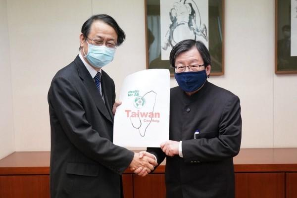 Le représentant en chef japonais du bureau de Taipei de l'«Association d'échange Japon-Taïwan» exprime sa gratitude à Taïwan pour avoir fait don de masques faciaux au Japon. (Image : Ministère des affaires étrangères, Taïwan)
