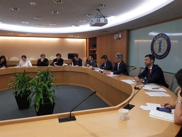 Filip Grzegorzewski (à droite), chef du Bureau économique et commercial européen (EETO) à Taïwan, assiste à une vidéoconférence entre Taïwan et l'UE sur la coopération médicale bilatérale. (Image : twitter.com / grzegorzewskif)