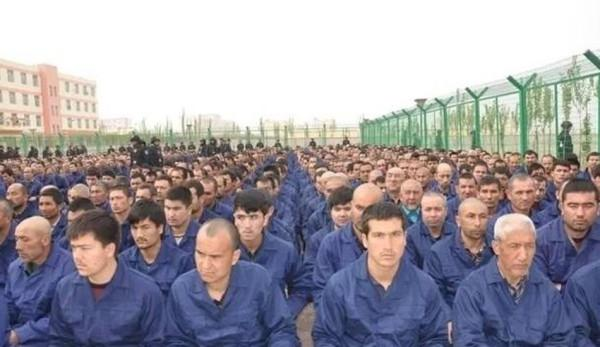 Image d'un message du gouvernement chinois, posté sur les réseaux sociaux en avril 2017, montrant des détenus dans un camp de la préfecture de Hotan, dans le sud-ouest de la région du Xinjiang. (Image : supplied)