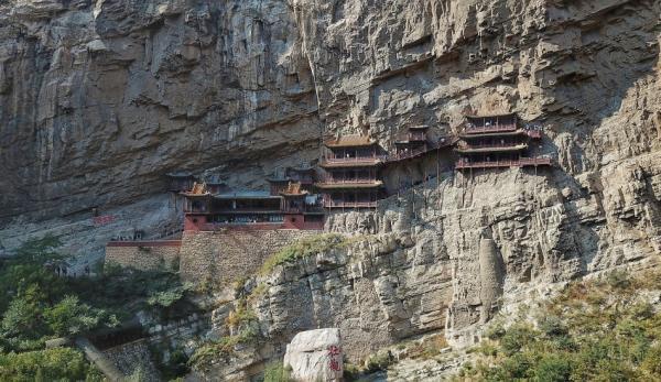 Le temple est suspendu une falaise à Datong, dans la province du Shanxi. (Image :Charlie Fong/wikimediaCC BY-SA 4.0)