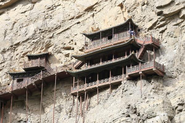 Le temple en équilibre sur la falaise du mont Hengshan à Datong dans la province du Shanxi, à 75 mètres au-dessus du sol. (Image :Zhangzhugang/wikimedia /CC BY-SA 3.0)