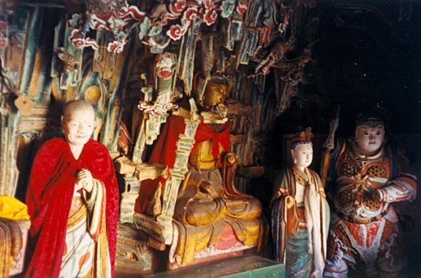 À son plus haut sommet se trouve le hall principal, le « Temple Sanjiao », avec une statue de Bouddha Sakyamuni au centre, Confucius à gauche et un souverain taoïste à droite. (Image :Doron/wikimedia /CC BY-SA 3.0)