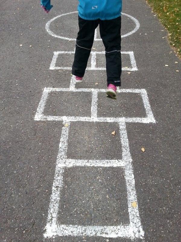 «La marelle, un jeu traditionnel à remettre au goût du jour avec la distanciation». (Image :AI Leino/Pixabay)